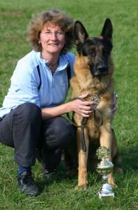Schäferhund Rico mit seinem Frauchen und seinem Pokal