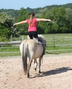 Für das Gleichgewicht kann man viele Übungen auf dem Pferd machen.